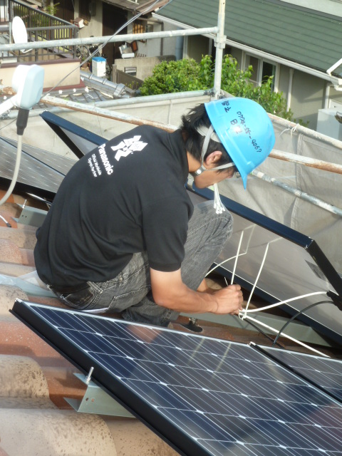 18そのステンレス線に細かくプラスとマイナスの電線を固定し、屋根に垂れない様に施工します