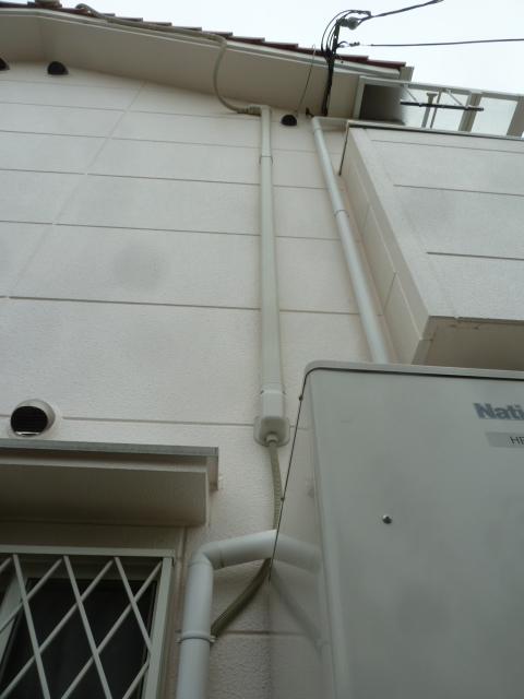 04こんな感じで洗面所の天井裏まで配管で保護しながら導いていきます
