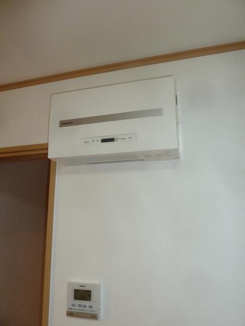 14冷蔵庫のすぐ手前の壁にパワーコンディショナ設置完了