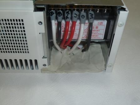 13接続箱からの配線と太陽光連係ブレーカーへの配線を適正な端子でキッチリと接続し開口部をパテ埋め処理しておきます