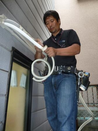 05室内機を壁に掛けたら屋外の配管作業です