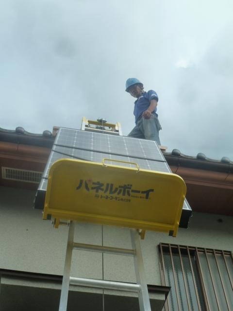 16パネルボーイでPVパネルを屋根まで上げていきます