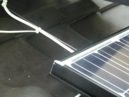 18先程仕込んでおいたステンレス線に配線を細かくとめて屋根上に垂れない様に結線します