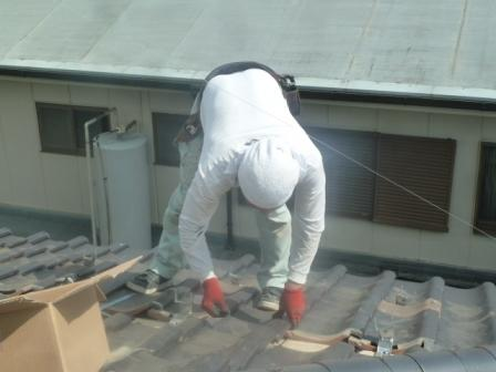 08瓦屋さんが支持金具を仕込む場所の瓦を一旦めくり、補強桟を垂木に固定して行きます