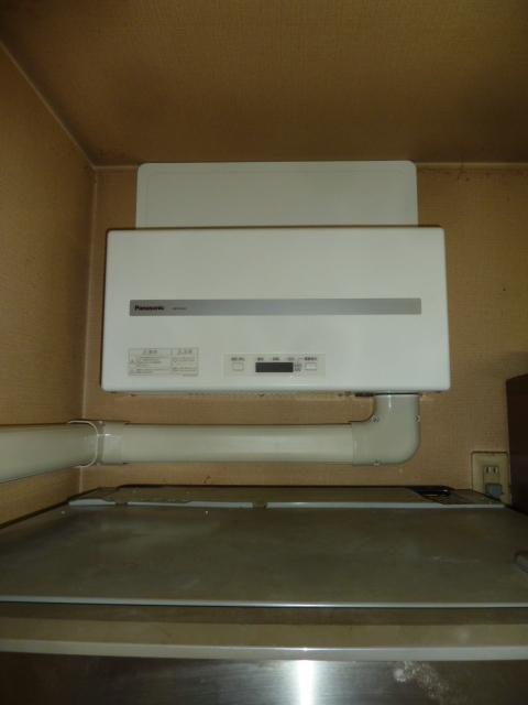 31冷蔵庫の上にパワコン設置完了