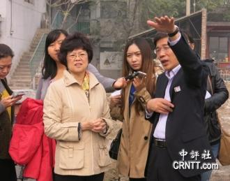 王暁波3 中國人民抗日戰爭紀念館副館長李宗遠向國台辦巡視員、新聞局副局長范麗青介紹抗戰紀念館改擴建情況