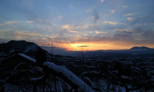 リンゴ畑の向こうに落日(25.12.23)