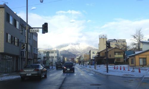 中野市街地からの高社山(25.12.22)