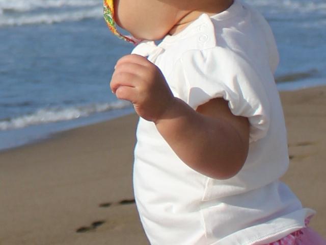 海で握りこぶしの手