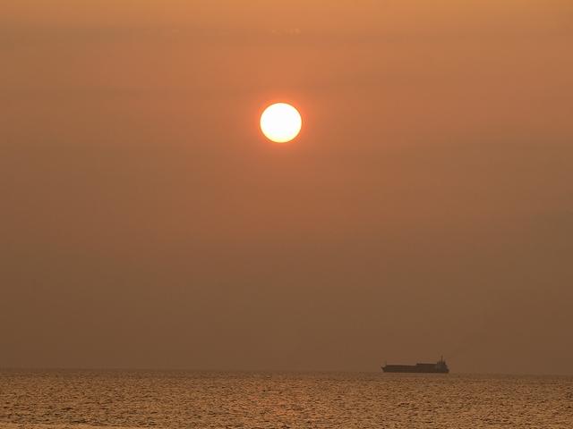 白山市の海の穏やかな夕日