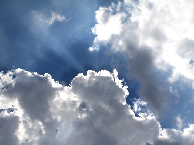 入道雲が日差し隠す