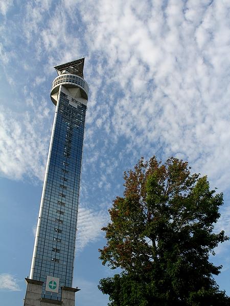 クロスランドタワーと秋の空