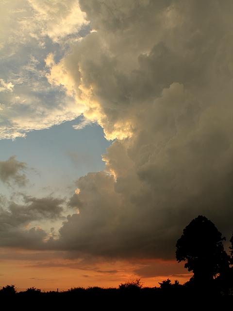 入道雲のある夕景