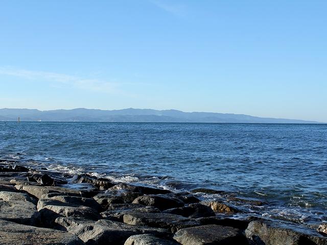雨晴海岸から能登半島を望む