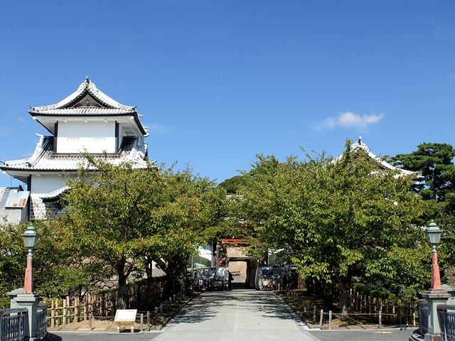 秋晴れの金沢城石川門