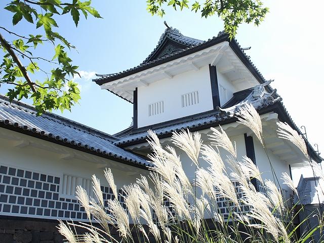 金沢城石川門とススキ