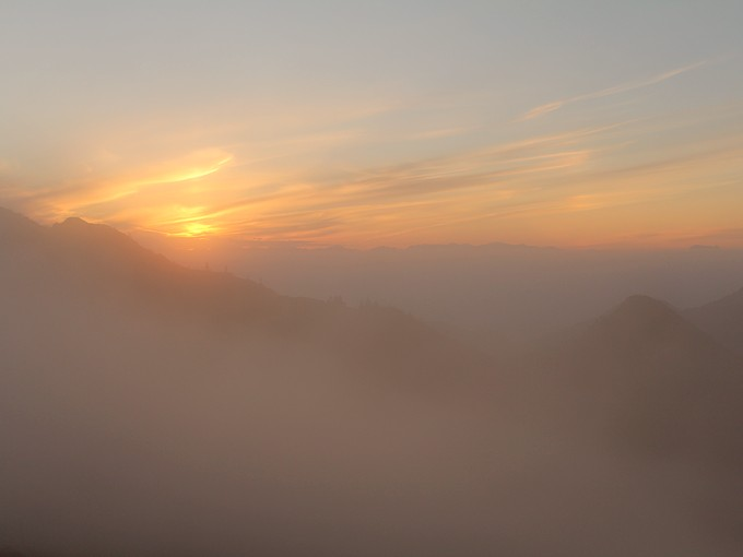 草津白根山からの霧の夕景
