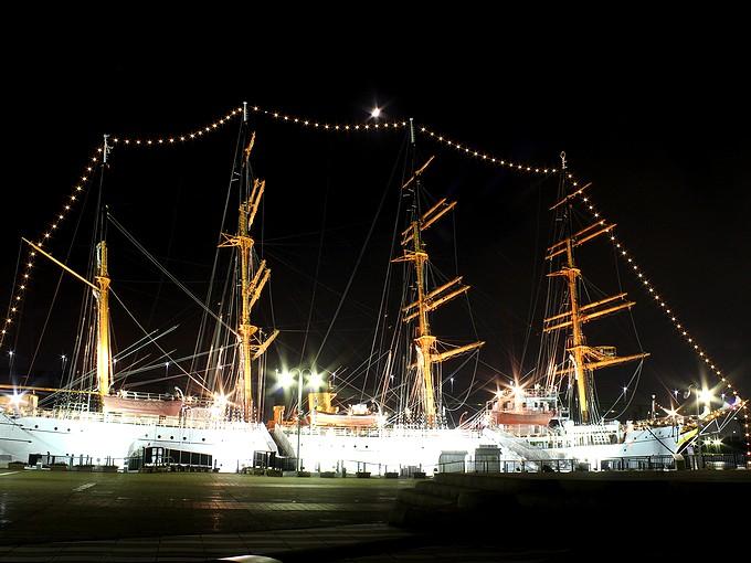 海王丸のライトアップ
