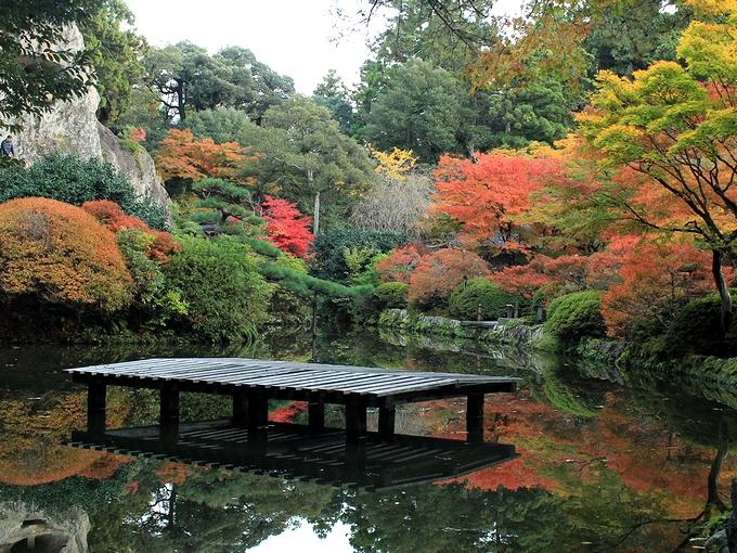那谷寺の紅葉 池の畔から