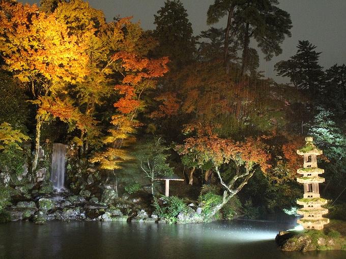 兼六園紅葉ライトアップ 滝と塔