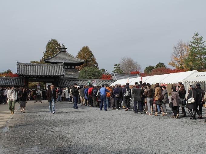 紅葉時期の東福寺 長い行列