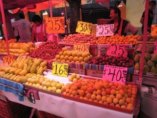 様々なフルーツの山盛り