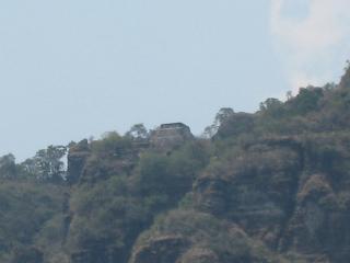 絶壁の上のピラミッド遺跡