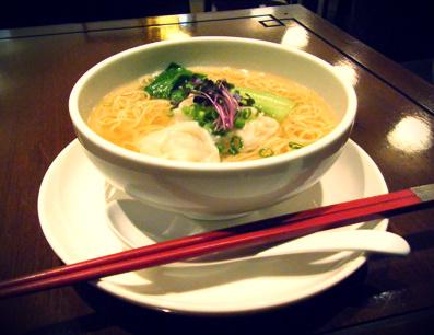 『HONG KONG SWEETS 果香(かか)』のエビワンタン麺