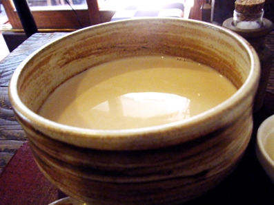 『喫茶去 一芯二葉(きっさこ いっしんによう)』のほうじ茶のロイヤルミルクティ
