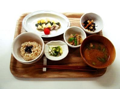 『食堂marumi-ya』の鶏肉のチーズ焼き バジルソース