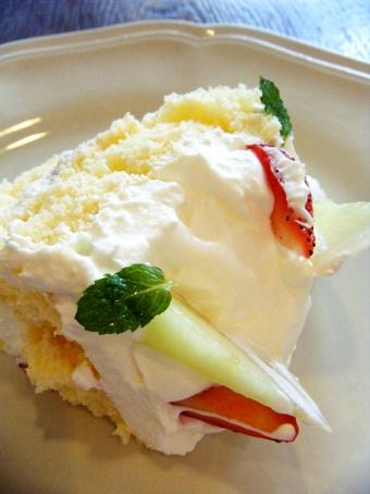 『アフタヌーンティー・ティールーム』の苺とメロンのショートケーキ