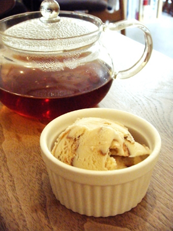 『Cafe Cross Point(カフェ クロスポイント)』のサーモンとほうれん草のトマトクリームソース