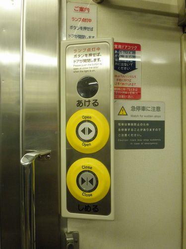 高タカ211系・客室内ドア開閉スイッチ(2012年7月7日)