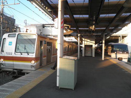 西武池袋線保谷駅で各停が特急を待避(2012年7月10日)