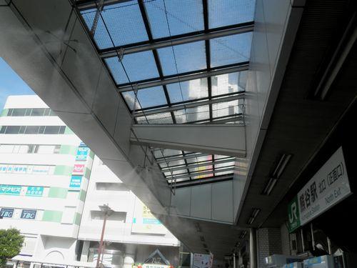歩道の屋根からミスト(霧)を噴霧(熊谷駅・2012年8月3日)