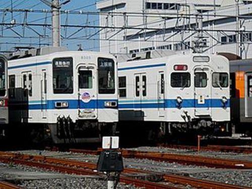 東武8111F(右)と8505F(左)(2010年12月5日・南栗橋車両管区イベント)