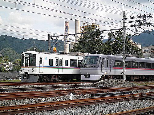 西武鉄道4000系(左)と10000系(右)(2012年9月30日・横瀬)