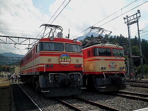 西武鉄道E854(左)とE351(右)(2012年9月30日・横瀬車両基地)