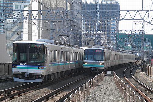 埼玉高速鉄道2000系(左)と東京メトロ南北線9000系(右)(東急目黒線新丸子駅・2012年10月12日)
