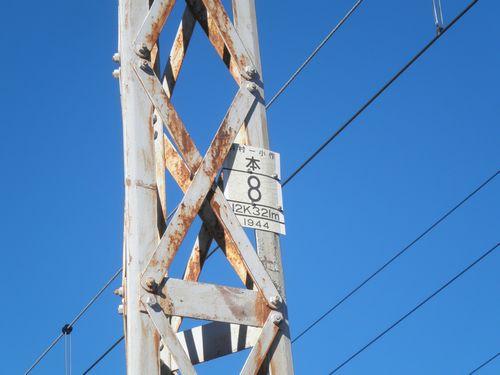 青梅線・鉄製架線柱の標示(羽村~小作間・2012年11月10日)