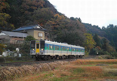 キハ38 1+ キハ38 1003(千マリ)(上総松丘駅・2012年12月1日)