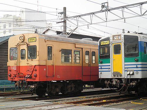キハ30 98(千マリ・左)とキハ37(右)(木更津駅・2012年12月1日)