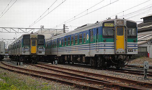 キハ37 1002(千マリ・右)(木更津駅・2012年12月1日)