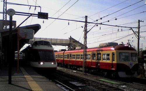 長野電鉄1000系S1編成(左)と2000系D編成(右)(2010年1月20日・須坂駅)