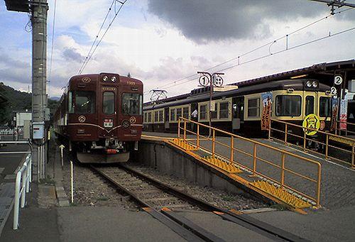 富士急行1200形・1205編成(左)と1000形1001編成(右)(2010年8月29日・河口湖駅)