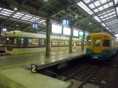 富山地方鉄道モハ10030系(左)とモハ10020系(右)(2011年10月11日・電鉄富山駅)