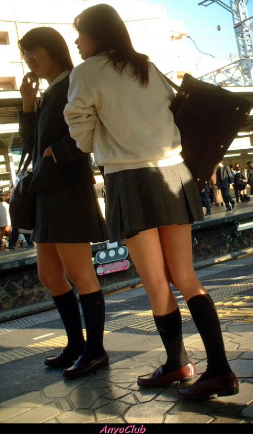 ミニスカートのJKの太ももを街撮り盗撮したエロ画像でウォームングアップしようぜ! 29枚 part.20 No.25
