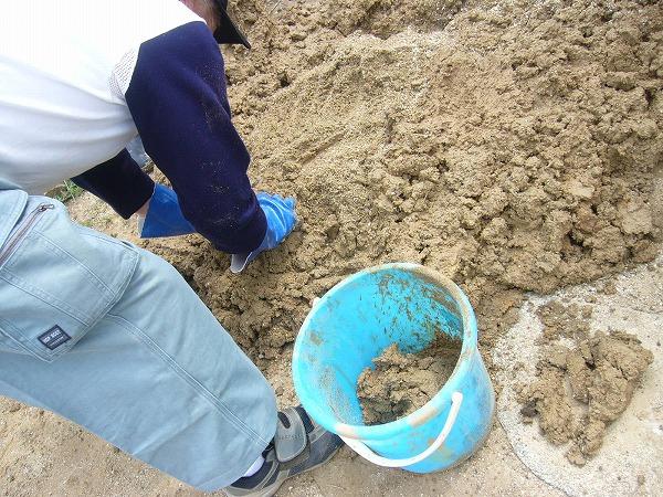 砂と粘土の量を手で感じる