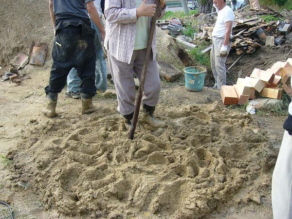 粘土に海の砂を混ぜます