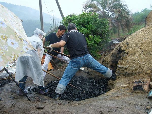 焚口の中の炭を出す